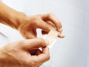 3. Sie können das Pflaster mit nur einer Hand auf die Wunde auftragen
